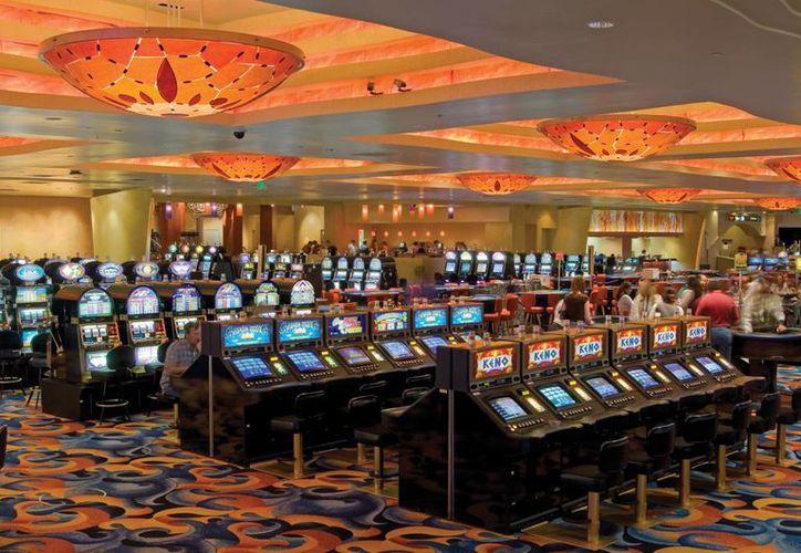 Al elevar a 21 años la edad mínima para poder entrar a un casino las autoridades apuntan a combatir la ludopatía entre la población juvenil. (greekreporter.com)