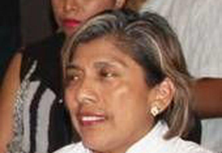 Imagen de la presidenta de Uniendo Manos por una Vida Mejor A. C, Adoración Cab Nicoli, quien habló de los factores sociales que afectan a la juventud en relación a la violencia. (Milenio Novedades)