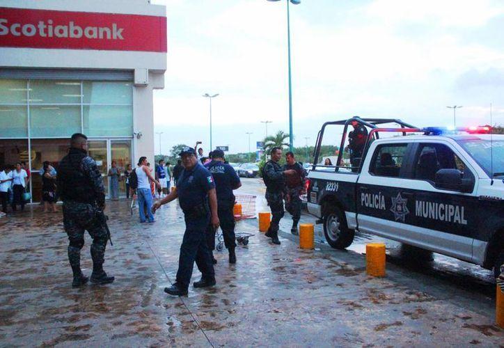 se comenzaron a escuchar gritos sobre un presunto saqueo desde el área de la tienda de autoservicio Chedraui. (Daniel Pacheco/SIPSE)