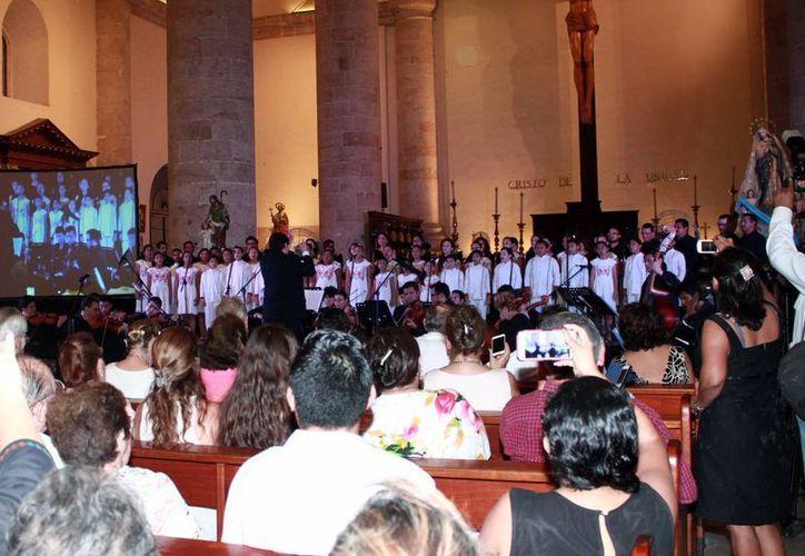 Una buena cantidad de personas presenciaron el concierto de Jubileo en la Catedral. (Jorge Acosta/Milenio Novedades)