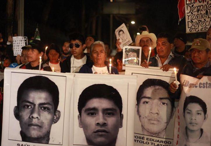 Familiares de 43 estudiantes desaparecidos en México protestan frente a la residencia oficial de Los Pinos, en Ciudad de México. (Archivo/EFE)