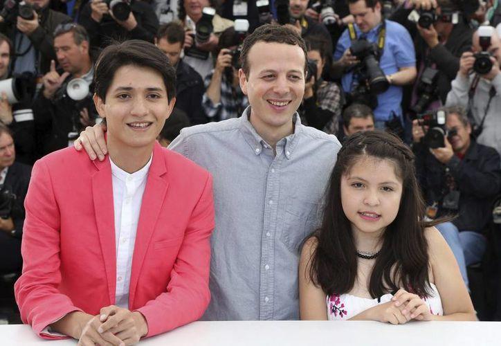 Los jóvenes actores Armando Espitia (i) y Andrea Vergara (d) posan junto al director mexicano Amat Escalante en Cannes. (EFE)