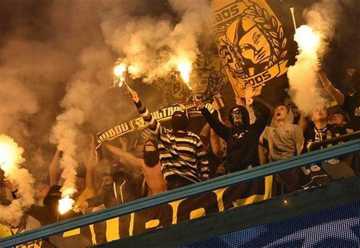 Borussia Dortmund enfrenta cargos por desórdenes y lanzamiento de bengalas por parte de sus hinchas durante un triunfo de 3-0 en Anderlecht. (AP)