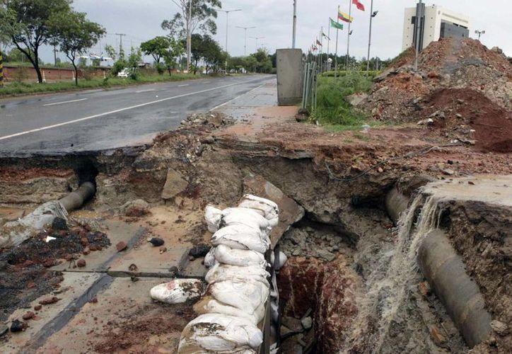 Fotografía de una calle afectada después de una fuerte lluvia en Asunción, Paraguay. (EFE)