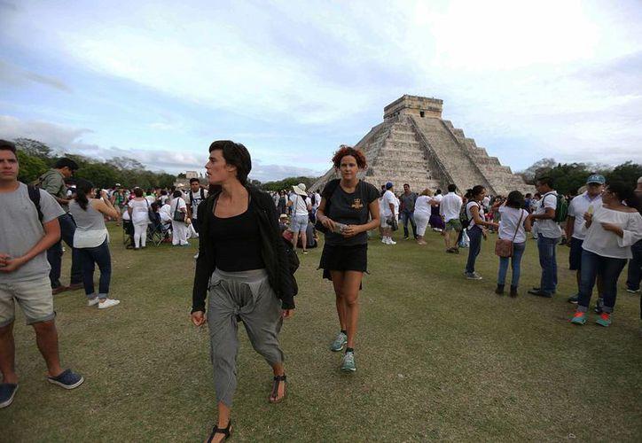 El crecimiento del turismo internacional en México fue de más del doble del crecimiento a nivel mundial. Imagen de la zona arqueológica de Chichén Itzá en Mérida, Yucatán, la cual es visitada por una gran cantidad de turistas nacionales y extranjeros. (Archivo/Notimex)