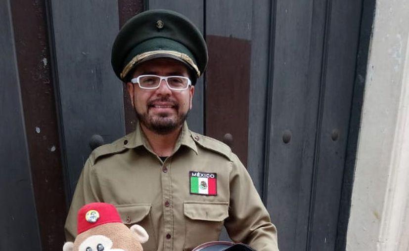 El organillero Víctor Maya alegra con su singular instrumento las calles del Centro de Mérida.