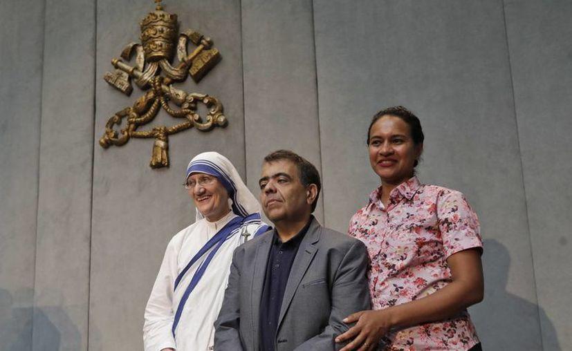 Sor Mary Prema Pierick, superiora general de las Misioneras de la Caridad, Marcilio Andrino (c) y su esposa Fernanda Nascimento Rocha posan para los fotógrafos al final de una conferencia de prensa en el Vaticano. (AP/Alessandra Tarantino)