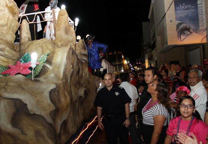 La gente disfruta del tradicional desfile de comparsas y carros alegóricos. (Cortesía/SIPSE)