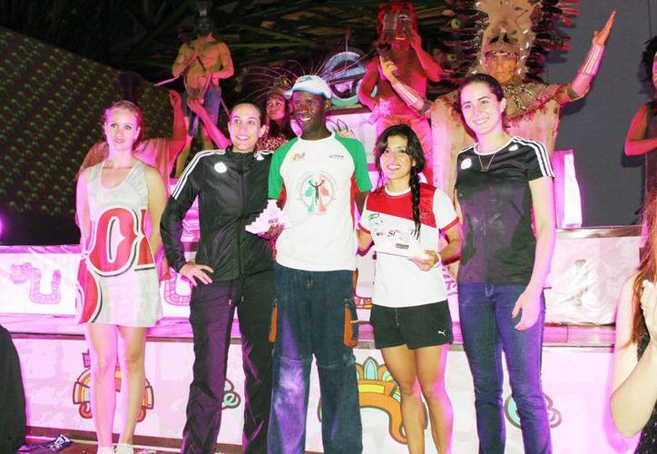 Imagen de los ganadores de la Carrera Maya de 21 kilómetros realizada en Mérida, la noche del sábado. (Marco Moreno/SIPSE)