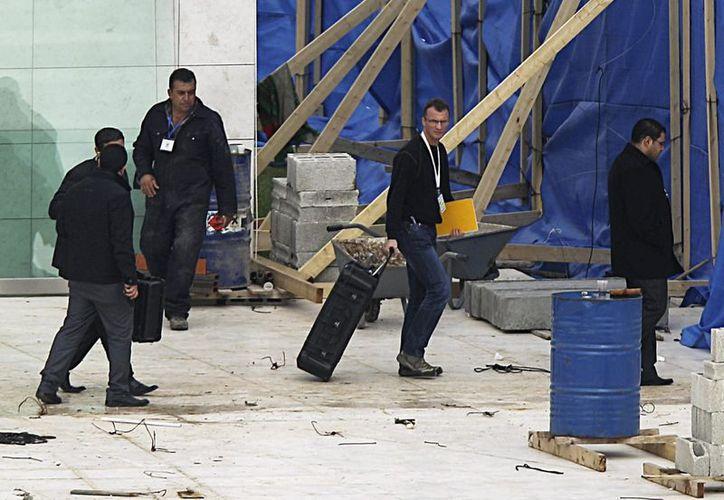 Investigadores durante la exhumación del cadáver de Arafat. (Archivo/EFE)