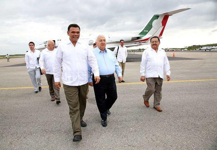 El gobernador Rolando Zapata Bello recibió en el hangar del Gobierno del Estado, en el aeropuerto de Mérida, al secretario de Educación, Emilio Chuayffet Chemor. (SIPSE)