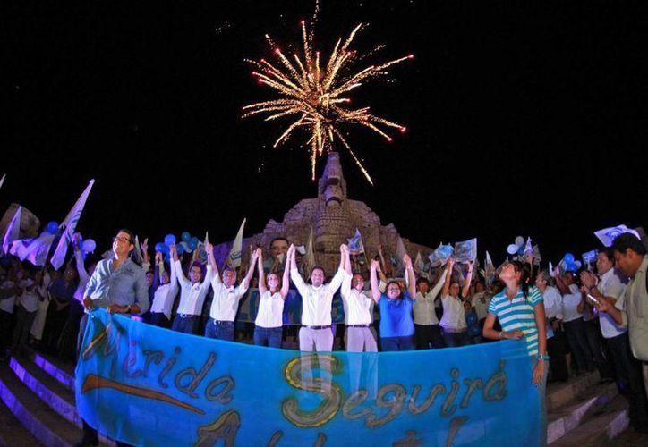El último acto de campaña de Mauricio Vila, candidato panista a la alcaldía, en el Monumento a la Patria de Mérida. (SIPSE)
