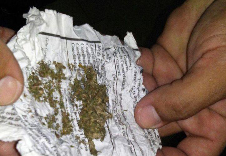 Una mujer se hizo pasar por su hijo y pidió un dosis de marihuana al detenido. (Foto: Redacción)