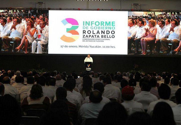 El gobernador de Yucatán, Rolando Zapata Bello, dio un mensaje con motivo de su Tercer Informe, en el destacó nuevas inversiones en el sector industrial. (César González/SIPSE)