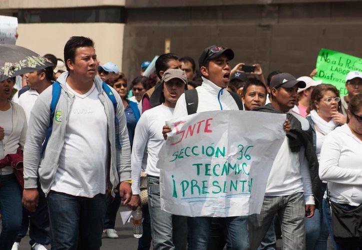 Mientras en Chiapas, maestros de la SNTE evitaron que se realizaran las evaluaciones docentes de la SEP, en la Ciudad de México (foto) se manifestaron con una marcha. (Notimex)