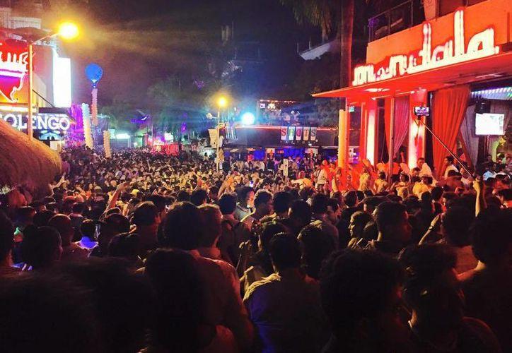 Alrededor de 20 mil personas despidieron al 2014 en el centro turístico de Playa del Carmen. (Facebook/SoyPlayense)