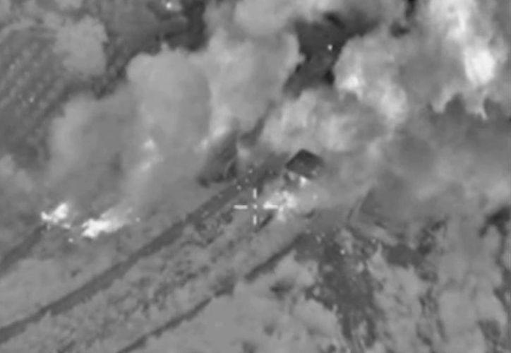 Fotograma sacado de un vídeo proporcionado por el ministerio de Defensa ruso que muestra un bombardeo de la aviación rusa contra unas supuestas instalaciones del Estado Islámico (EI) en la provincia de Hama, Siria. (EFE)