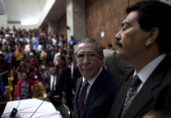 El exgeneral golpista guatemalteco José Efraín Ríos Montt (c) (1982-1983) asiste a la Corte Suprema de su país, al comienzo del histórico juicio en su contra por genocidio. EFE