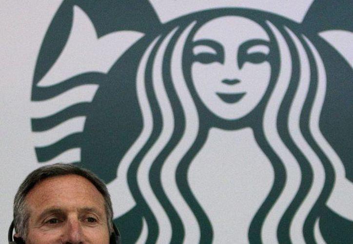 El director ejecutivo de Starbucks, Howard Schultz, participa en una rueda de prensa en Bogotá, Colombia. (EFE)