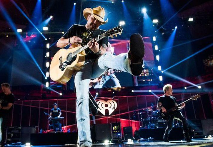 Jason Aldean, cantante de country, estaba presentándose en la ciudad cuando comenzaron los disparos. (CNN)