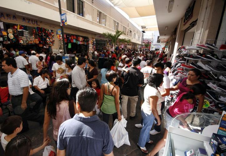 Ayer, el Pasaje Emilio Seijo se convirtió en un río de compradores, que visitaron las tiendas y comercios. (Antonio Sánchez/SIPSE)