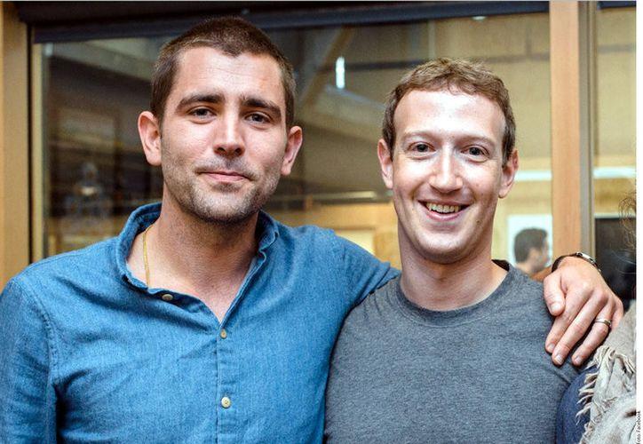 Mark Zuckerberg, fundador y CEO de Facebook, compartió una foto con Chris Cox, jefe de producto y que dejó la empresa. (Agencia Reforma)