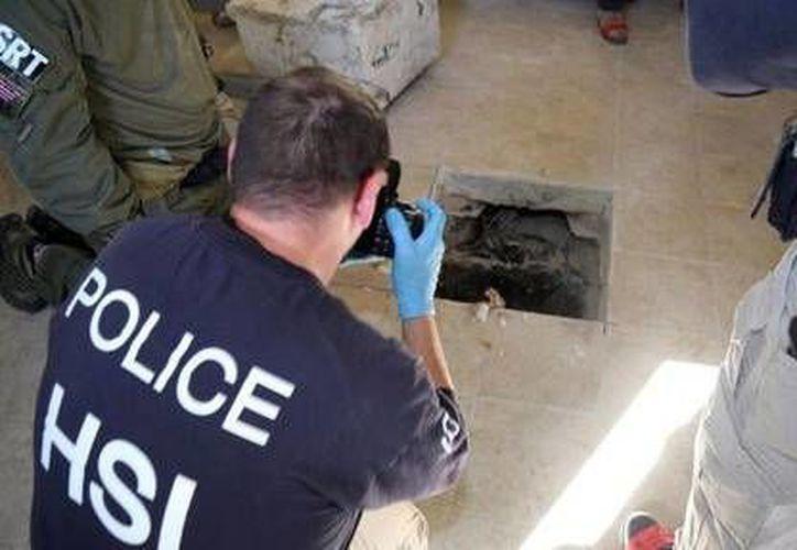 El túnel estaba oculto bajo la loza del piso tapado con un bloque de concreto, mismo que conducía hasta la ciudad californiana de Caléxico. (AP)