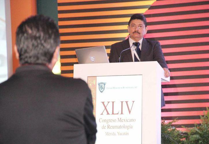 """Jacinto Herrera León impartió la conferencia magistral """"Chikungunya: generalidades y manifestaciones reumáticas"""". (Milenio Novedades)"""