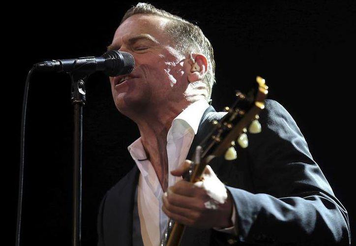 El cantante canadiense Bryan Adams durante el concierto que ofreció el fin de semana en el Palacio de los Deportes de Granada, en España. (EFE)