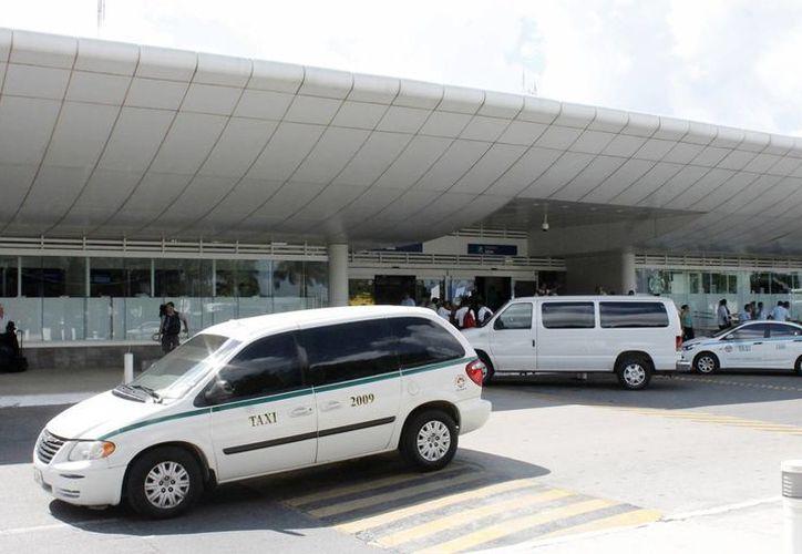 Taxistas y transportadoras con placas federales pelean el servicio que prestan al turismo. (Redacción/SIPSE)