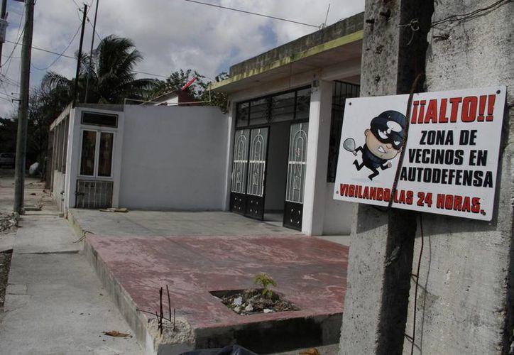 El comité vecinal ha colocado letreros frente a los domicilios. (Tomás Álvarez/SIPSE)