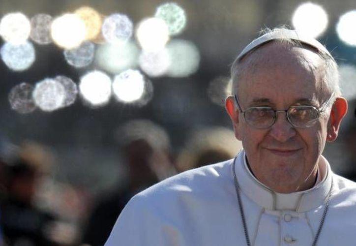 El Papa Francisco viaja en subterráneo, autobús y, cuando vuela, lo hace en clase turista. (EFE/Archivo)