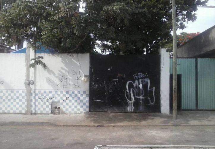 La vivienda ubicada en la calle 94, lote 5, de la colonia Colosio, es utilizada a diario para sacrificar, de forma insalubre, aves de corral. (Carlos Calzado/SIPSE)