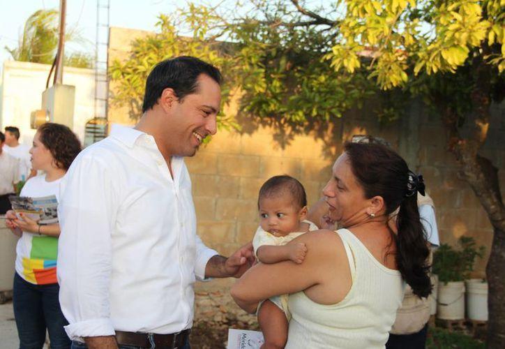 El alcalde Mauricio Vila informó en persona a  vecinos de fraccionamiento Juan Pablo II sobre acciones de vivienda que se realizarán este mismo año. (Foto cortesía del Ayuntamiento de Mérida)