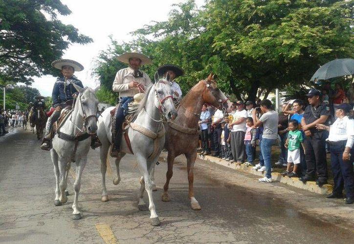 Jinetes de la Asociación de Charros fueron los encargados de cerrar el desfile. (Jazmín Ramos/SIPSE)