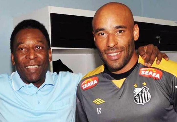 Edinho, quien aparece en esta foto junto a su padre, Pelé, fue arrestado tras ser sentenciado a 33 años de prisión por lavado de dinero. (changoonga.com/Foto de archivo)