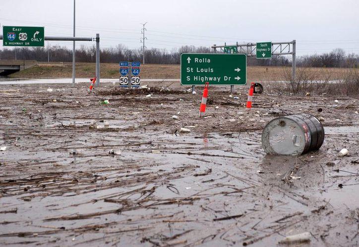 Vista general de varias carreteras inundadas por las aguas del río Mercamec cerca de Valley Park, Misuri, Estados Unidos. (EFE)