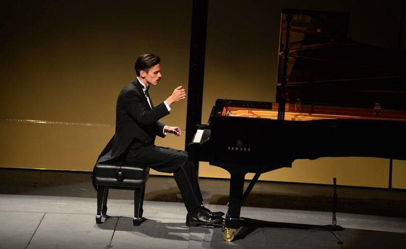El pianista yucateco Gavin Gamboa impactó con su destreza y su técnica impecable en el teatro José Péon Contreras. (Milenio Novedades)
