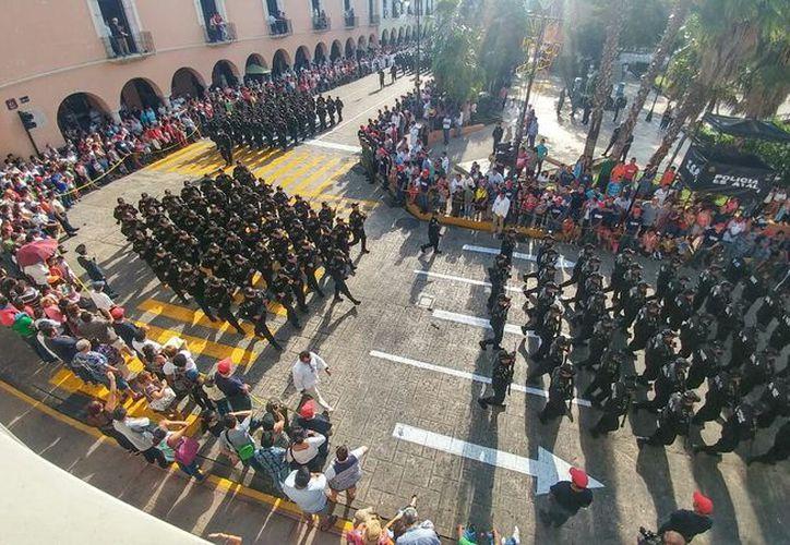 Los contingentes de estudiantes, fuerzas armadas y policíacas fueron admirados por los meridanos que se dieron cita esta mañana en Plaza Grande. (Fotos: José Acosta/Milenio Novedades)