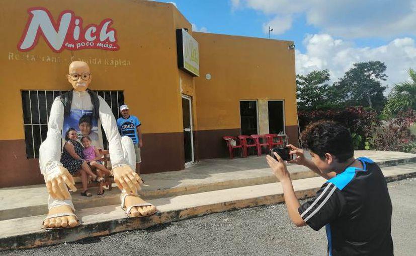 El muñeco está confeccionado con papel y ropa de manta. (Novedades Yucatán)