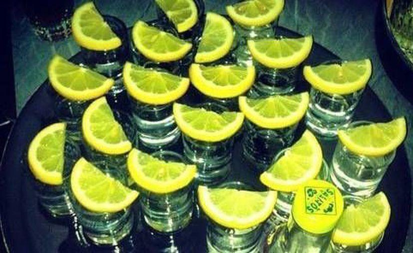 El joven dominicano falleció minutos después de ingerir una botella de tequila sin parar. Imagen de contexto de varios vasos con esta bebida acompañados de limón. (Archivo/Agencias)