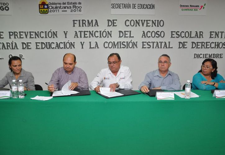 Autoridades participantes en la firma del convenio. (Cortesía/SIPSE)