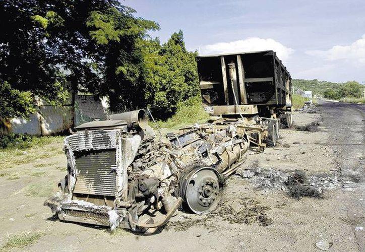 En diversas ocasiones grupos armados han quemado vehículos en carreteras michoacanas. (Milenio)
