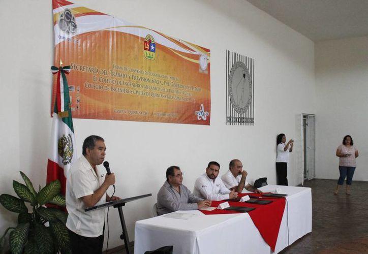 El Colegio de Ingenieros Civiles durante la firma del convenio con la Secretaría del Trabajo y Previsión Social. (Jesús Tijerina/SIPSE)
