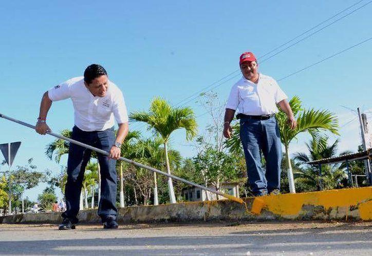 El alcalde Gabriel Carballo Tadeo formó parte de los trabajos de mejoramiento. (Cortesía/SIPSE)