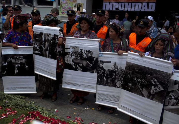 Manifestantes exigen la reanudación del juicio contra el exdictador. (EFE)