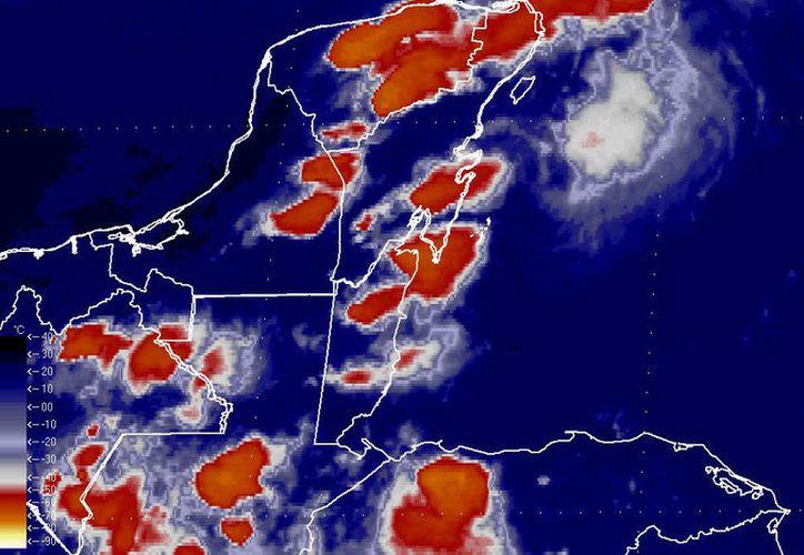 En la imagen se aprecia el canal de baja presión ubicado sobre la Península de Yucatán. (Milenio Novedades)