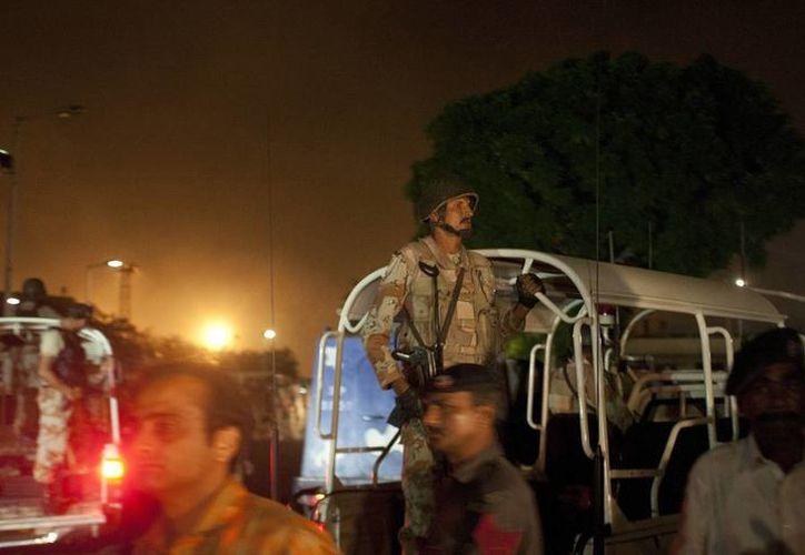 La televisión paquistaní transmitió imágenes de lo que parecía ser un fuerte enfrentamiento a tiros en el Aeropuerto de Karachi entre las fuerzas del orden y el grupo armado. (AP)