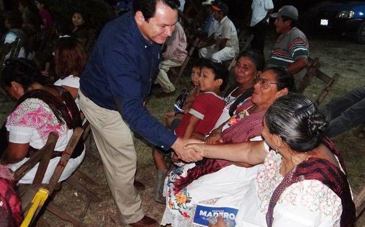 El INE ordenó el retiro de los espectaculares del diputado federal por Yucatán, Joaquín Díaz Mena, quien en la imagen saluda a   los ciudadanos. (Archivo/ SIPSE)