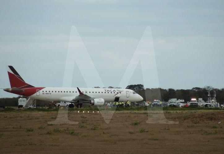 Imagen del momento en el que el avión aterriza en el aeropuerto yucateco. (Foto: Christian Coquet/Milenio Novedades)